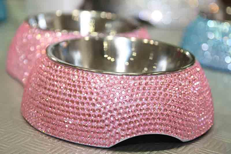 Auf der Hundemesse gesehen: Futternapf mit pinken Kristallen.