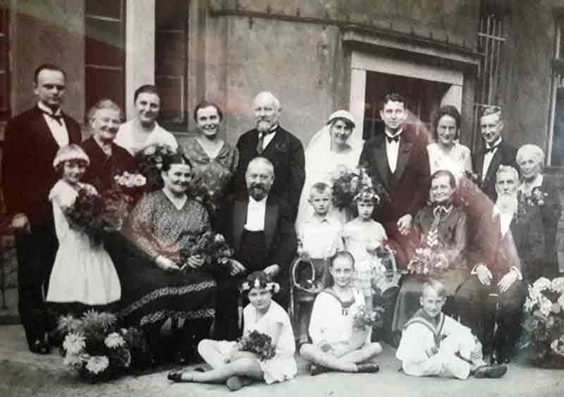 Hochzeitspaar mit Familie von 1930, Gruppenfoto.