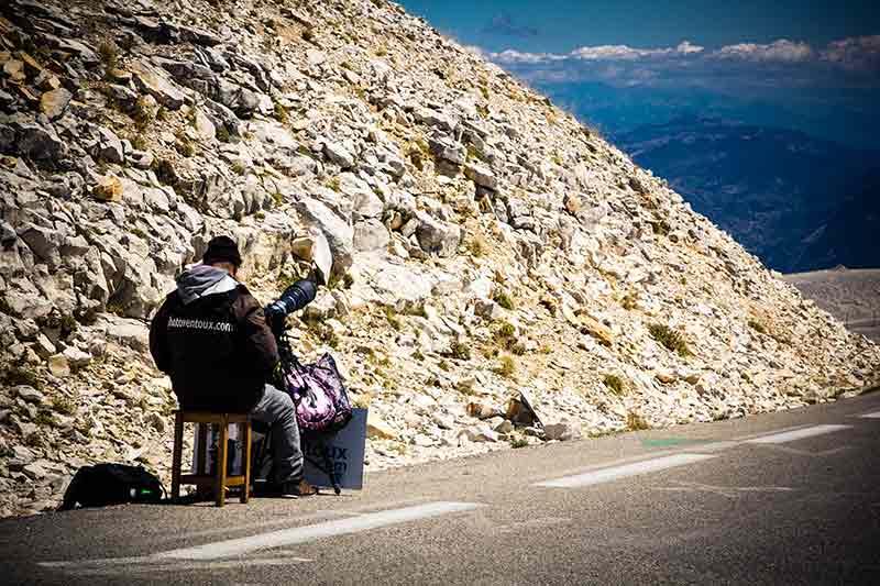 Warten auf den nächsten Gipfelstürmer auf zwei Rädern: Einer der Fotografen auf dem Mont Ventoux.