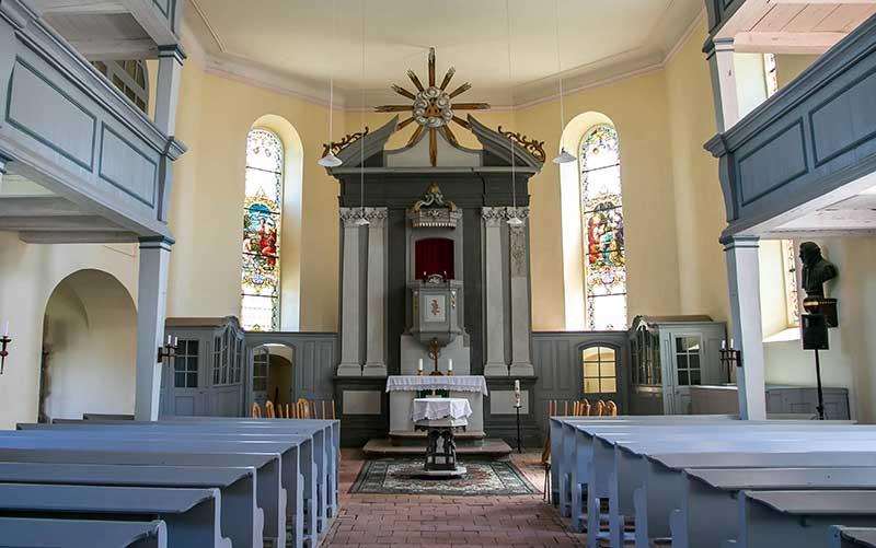 Die Ausstattung der Kirche befindet sich noch im Originalzustand. Auch sie wurde von Frege gestiftet.