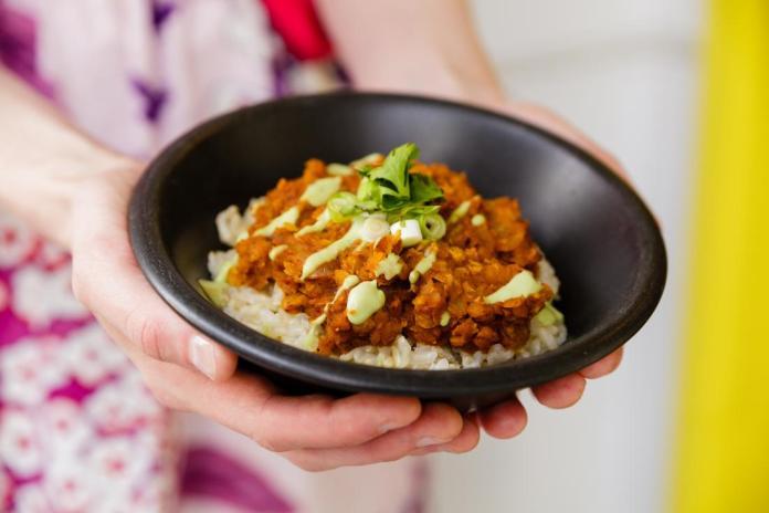 Mexicana de lentejas con arroz y alioli de aguacate en un tazón