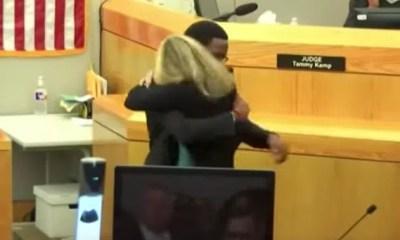 joven abraza a ex policia