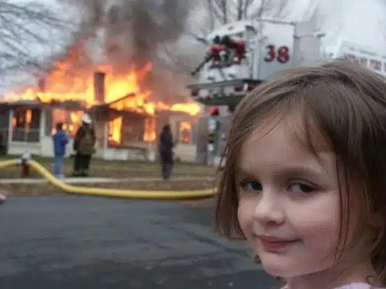 Meme de niña delante de un incendio se vende por US$ 4 473 mil