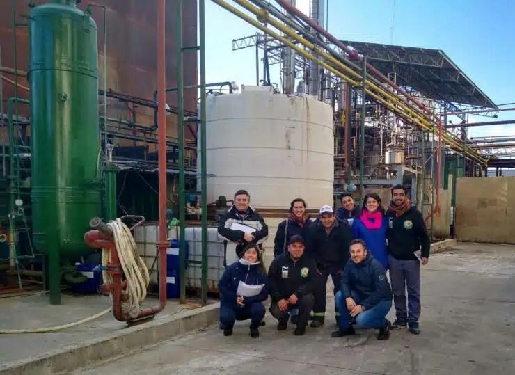 Foto 1. Docentes y estudiantes de la Facultad de Ingenieria junto a integrantes de la Cooperativa Aceitera La Matanza.