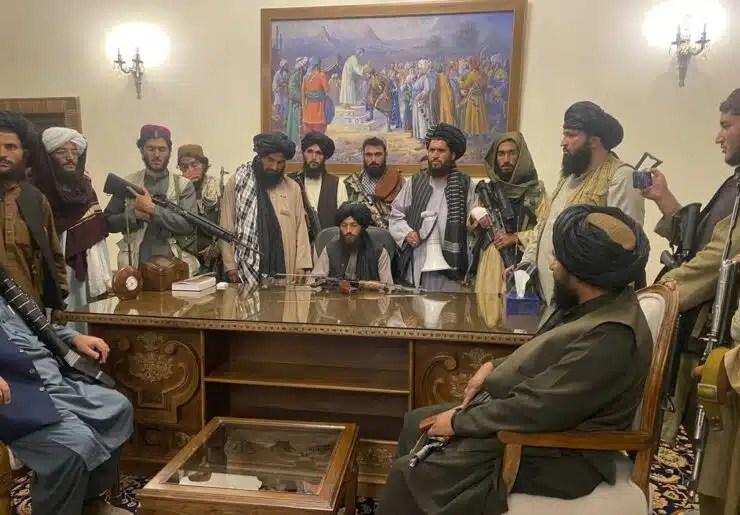 Después de que los talibanes toman Afganistán, Biden defiende la decisión de retirar el ejército estadounidense