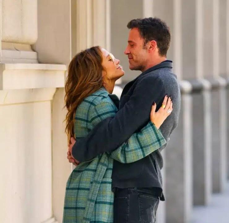 Jennifer Lopez y Ben Affleck intercambian besos apasionados