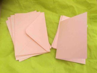Rosa dubbla kort med kyvert