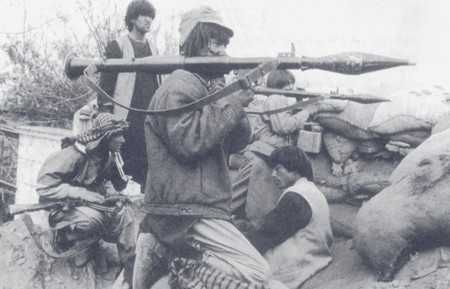 افراد مسلح حزب وحدت با راکت انداز های شان، کابل ۱۹۹۵. Armed men of Hizb-e-Wahdat with rockets, Kabul 1995