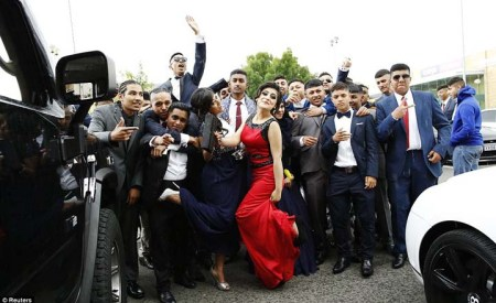 London - Teenagers Rent Expensive Cars for High School Prom 12