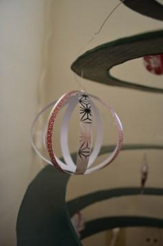 Boule faite à partir de bandelettes de papier