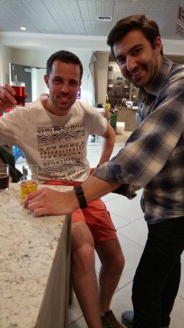 Simon et Quentin, un verre à la main