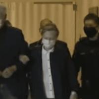 Qui est le patient ? Hillary s'accroche au bras de Bill après qu'il soit sorti de l'hôpital [Vidéo].