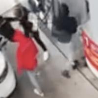 Un ancien capitaine de police est encerclé par des malfaiteurs… puis commence à tirer [Vidéo].