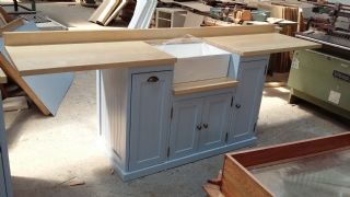 Butler sink unit with extended sides