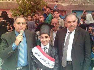 تكريم الطالب مصطفى عبد الرحمن حجاج من مدير إدارة القناطر الخيرية