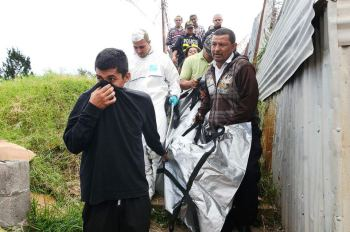 Judicial agents remove body after pleas from neighbours. Foto: Issac Villalta