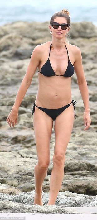 4E5909BA00000578-5964077-Teeny_bikini_Gisele_Bundchen_looked_incredible_on_the_beach_in_C-a-1_1531863205123