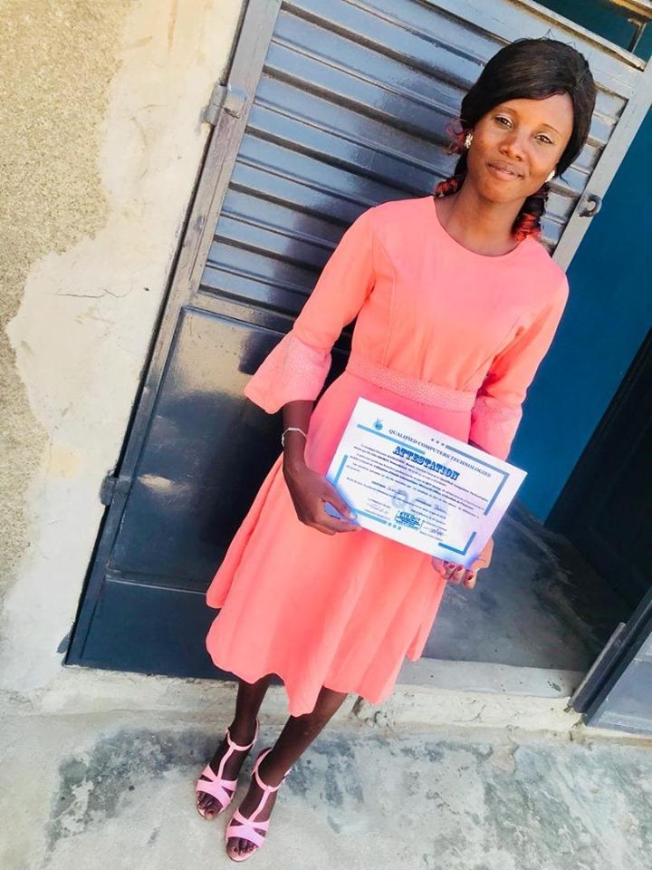 Mme IMOROU Souradjatou avec son diplôme