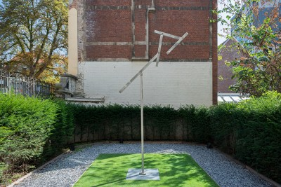 George Rickey, Four Lines Diagonal Jointed, 1988, stainless steel, unique, 426.72 x 121.92 cm, max rotational dim: 381 cm