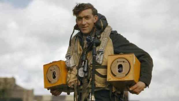 Aviatore Britannico della Seconda Guerra Mondiale, con dei piccioni da portare con sé nel bombardiere e da usare in caso di emergenza