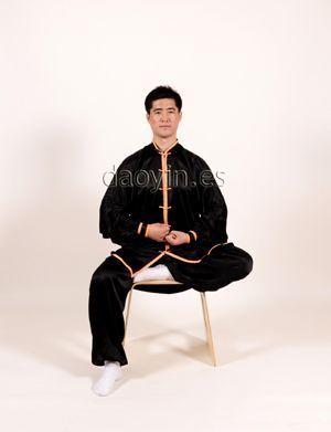 Poste Daoyin Wuji sentado (con una pierna extendida).
