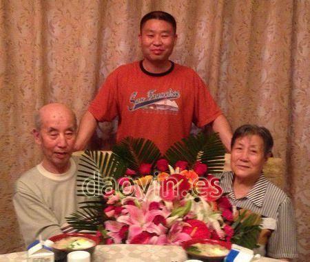 Zhang Jian posa con sus tíos en Beijing.