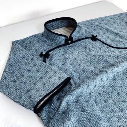 和柄ドビープリントの連袖旗袍。atelier leilei提供。