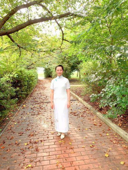 淀川沿いの大阪市北区長柄にて2021年9月13日に撮影。旗袍はatelier leilei提供。