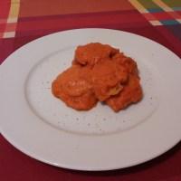 Carrilleras de merluza en salsa de piquillos.