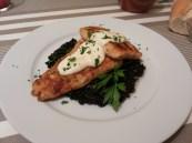 Merluza sobre arroz negro