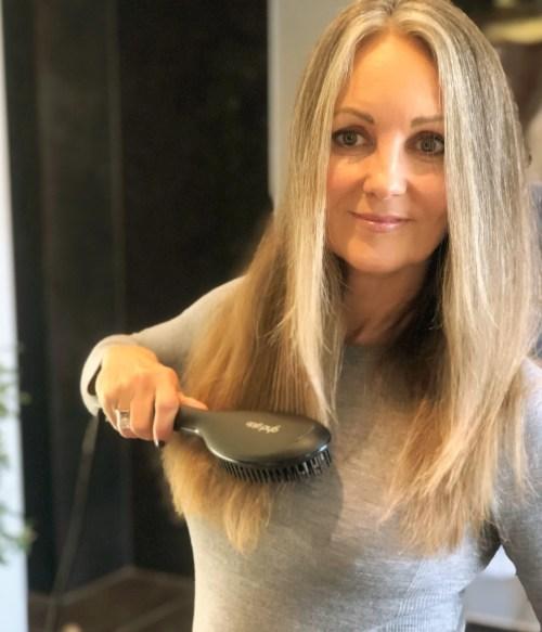 Den nye varmebørste Hot Glide Brush fra GHD er genial til hurtigt at glatte og samle håret.