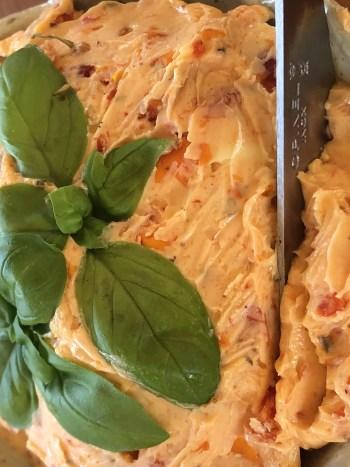 Kryddersmør med perfekte kombination af semidried tomater, hvidløg, lidt ekstra salt og evt. lidt lage fra tomaterne.