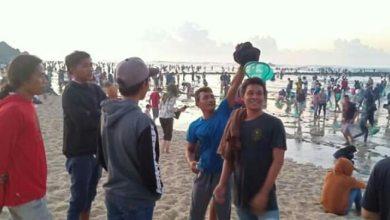 Photo of Berburu Putri Nyale, Ribuan Masyarakat Lombok Padati Pantai Selong Belanak.
