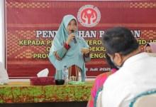 Photo of Terdampak Covid-19, Pengerajin Lombok Timur Terima Bantuan Sembako.