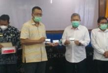 Gubernur NTB dan Kepala Lab. Hepatika Bumihora menunjukkan alat rapid test antigen buatan NTB