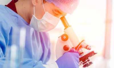 doctor con un microscopio
