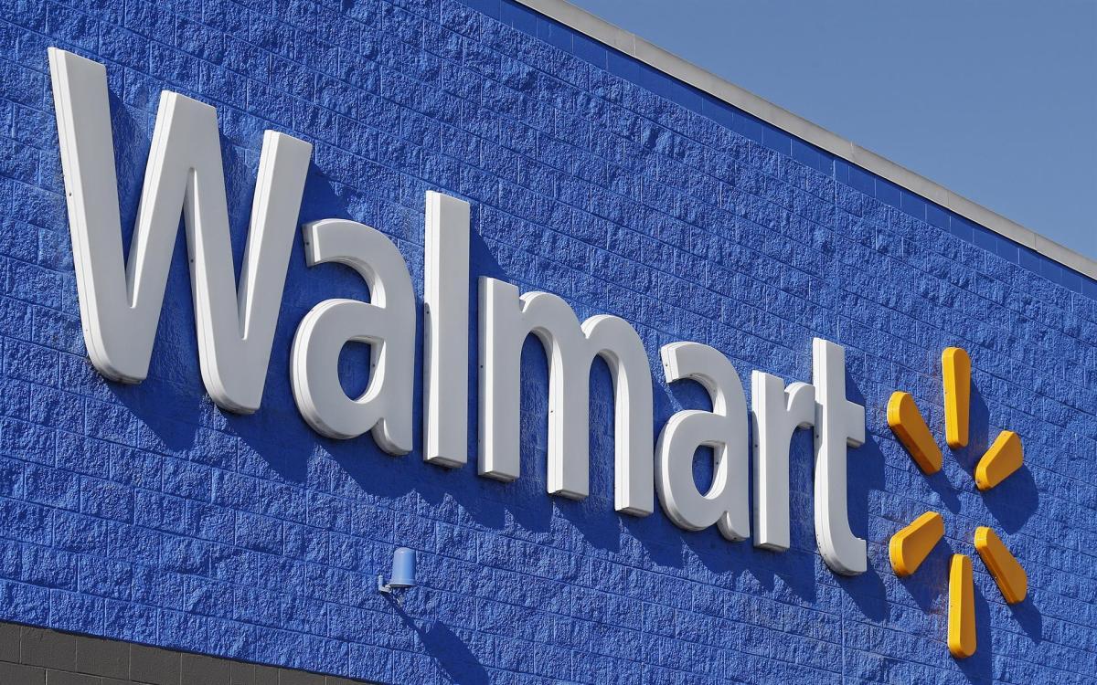 Walmart, por otra parte, comunicó a los trabajadores de sus tiendas y almacenes que deben volver a usar mascarillas y dijo que va a doblar hasta 150 dólares el incentivo que les ofrece si se vacunan. EFE/Larry W. Smith/Archivo
