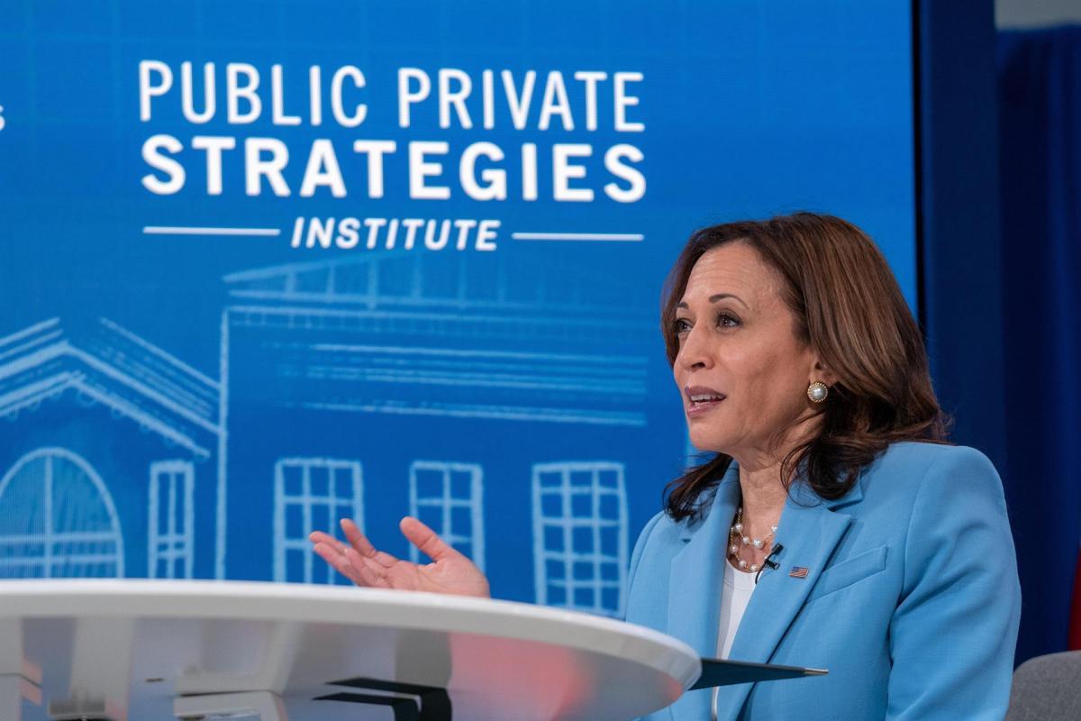 La vicepresidenta de EE.UU., Kamala Harris, habla durante una reunión virtual en el edificio de la Oficina Ejecutiva Dwight D. Eisenhower en la Casa Blanca, en Washington (EE.UU.), hoy 29 de julio de 2021. EFE/EPA/Ken Cedeno/Pool