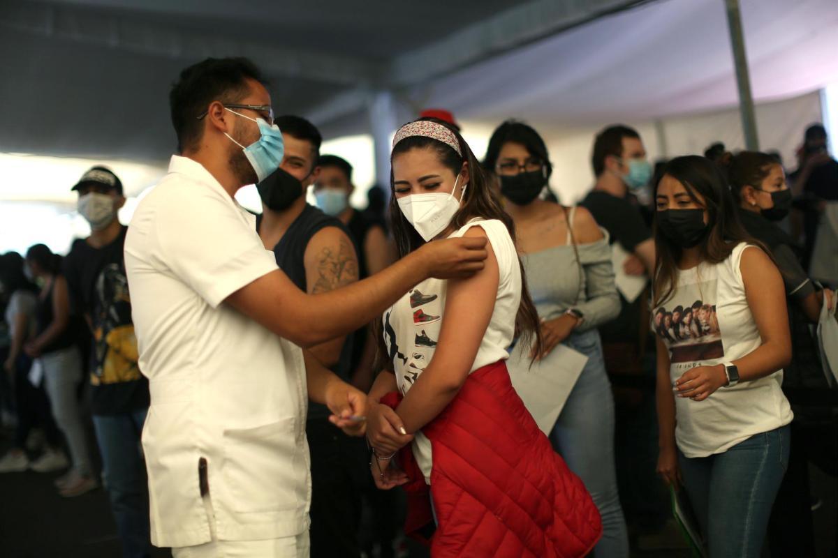 Personal de salud aplica la vacuna contra la covid-19 a jóvenes de 18 a 29 años hoy, en Ciudad de México (México). EFE/Sáshenka Gutiérrez/Archivo