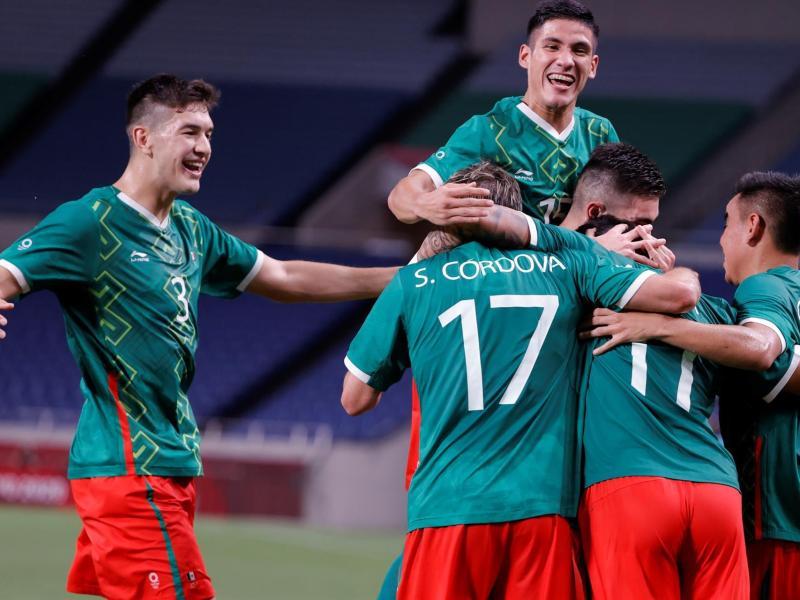 El delantero mexicano Alexis Vega (2-d) celebra con sus compañeros tras marcar el 3-0 en el encuentro por la medalla de bronce entre las selecciones de México y Japón, durante los Juegos Olímpicos 2020, este viernes en el Estadio de Saitama 2002 en Saitama (Japón). EFE/ Kai Försterling
