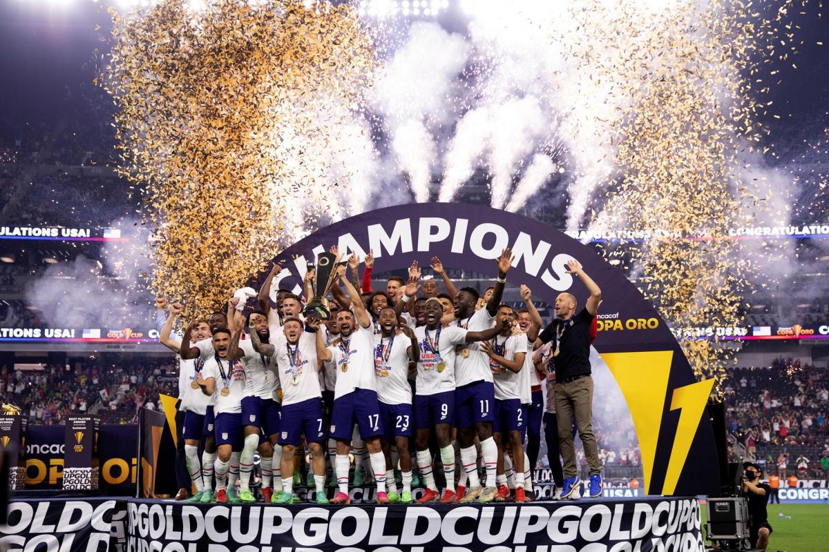 Sebastian Lletget (c) y compañeros de Estados Unidos celebran con el trofeo de campeones de la Copa Oro hoy, tras vencer en la final a México en el estadio Allegiant en Las Vegas (EE.UU.). EFE/Carlos Ramírez