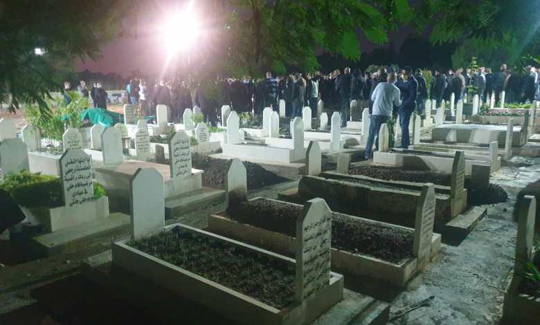 صورة باقة الغربية تودّع ضحية جريمة القتل الشاب أمير أبو حسين (25 عامًا) بأجواء من الألم