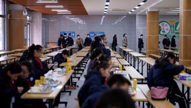 صورة روبوت يقدم الطعام في مدرسة صينية لتقليل خطر الإصابة بـ«كورونا»