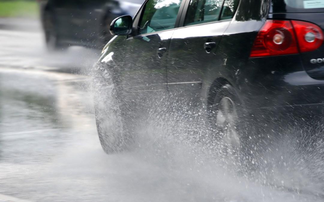 ¿Qué debemos tener en cuenta al conducir bajo la lluvia?
