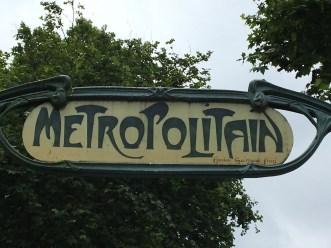 Eingangsschild einer Metrostation (künstlerische Gesamtgestaltung der Metro durch Hector Guimard)