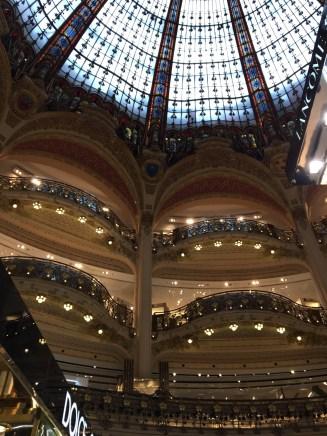 """Im Kaufhaus """"Galeries Lafayettes"""" mit teilweisem Blick in die Glaskuppel"""