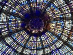 """Von unten in die Glaskuppel des Kaufhauses """"Le Printemps"""" fotografiert"""