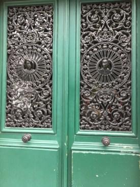 Schmiedeeiserne Tür in der Rue de Douai