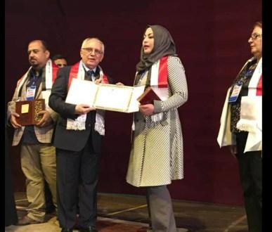 معالي وزير التعليم العالي والبحث العلمي يكرم تدريسية في كلية العلوم بمناسبة يوم العلم العراقي