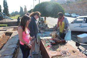 Aubrie & Steph shopping at the vendors outside the Union Building in Pretoria.